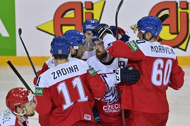 Čeští hokejisté se radují z gólu, který vstřelil útočník Jan Kovář (druhý zleva).