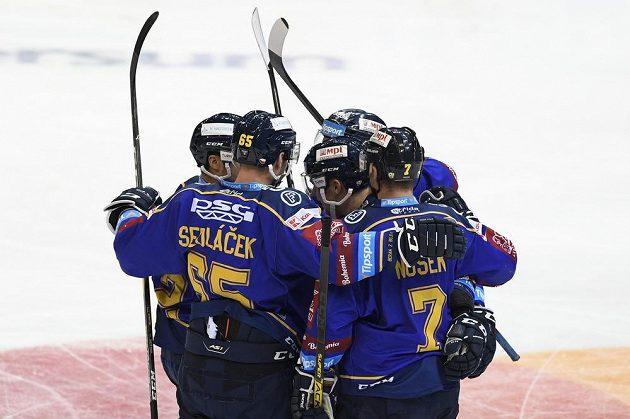Hráči Zlína se radují z gólu na ledě Sparty.