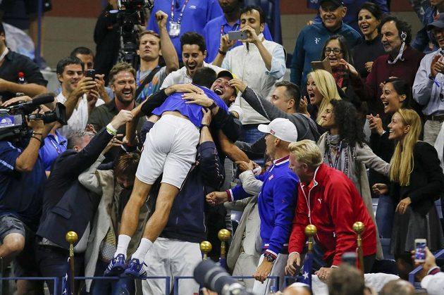 Novak Djokovič se raduje se svými nejbližšími z triumfu na US Open.