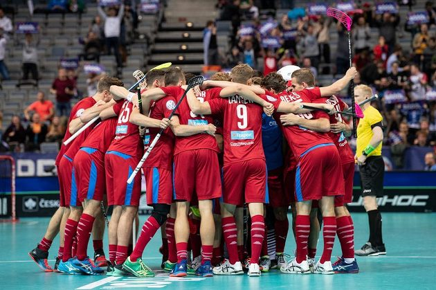 Čeští florbalisté oslavují gól na 5:3 během utkání proti Švýcarsku v základní skupině MS.