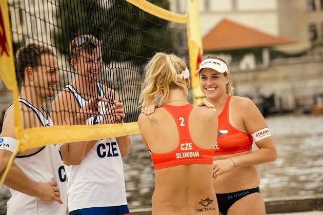 Netradiční podíváná byla k vidění na Vltavě. Čeští olympionici tam hráli plážový volejbal.
