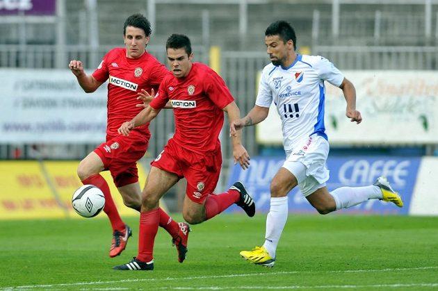 Zleva záložník Zbrojovky Martin Sus, obránce Petr Buchta a útočník Baníku Milan Baroš v utkání 25. kola Gambrinus ligy.