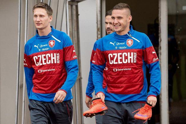 Fotbalisté Milan Škoda (vlevo) a Pavel Kadeřábek přicházejí na trénink české fotbalové reprezentace.