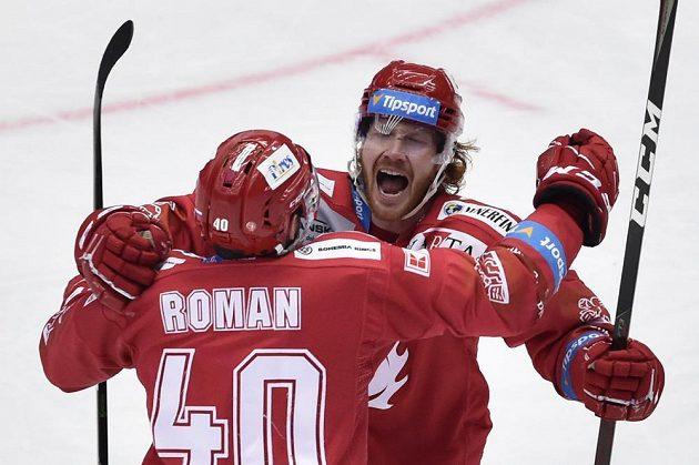 Hráči Třince se radují z třetího gólu. Zleva Miloš Roman a autor gólu Wiliam Jack Rodewald.