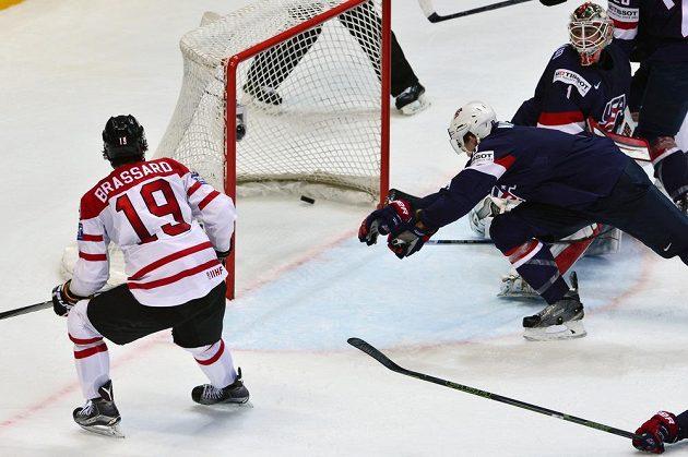 Kanaďan Derick Brassard (vlevo) střílí do sítě USA vyrovnávací gól na 3:3.