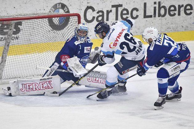 Petr Jelínek (uprostřed) z Liberce a brankář Brna Marek Čiliak a Jan Štencel z Brna v akci během pátého semifinále hokejové extraligy.