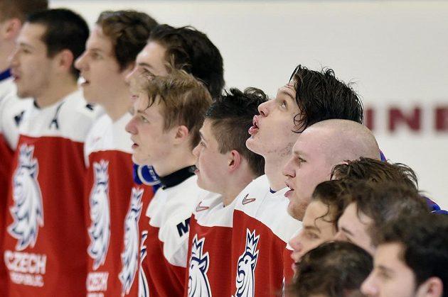 Čeští hráči zpívají hymnu po skončení vyhraného zápasu s Ruskem.