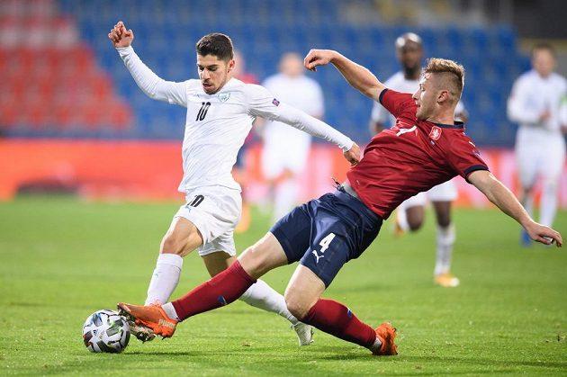 Dia Seba z Izraele a český obránce Jakub Brabec během utkáním Ligy národů.