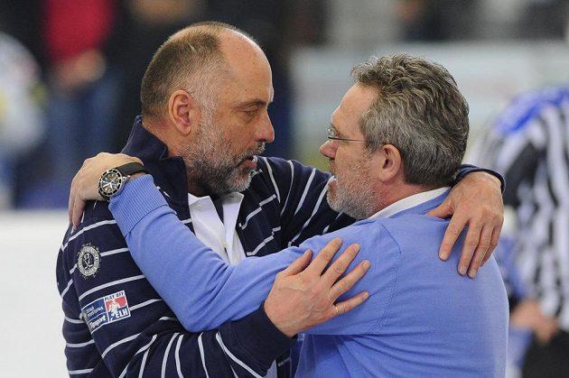 Trenér Brna Vladimír Kýhos (vlevo) a trenér Plzně Milan Razým po skončení čtvrtfinále.