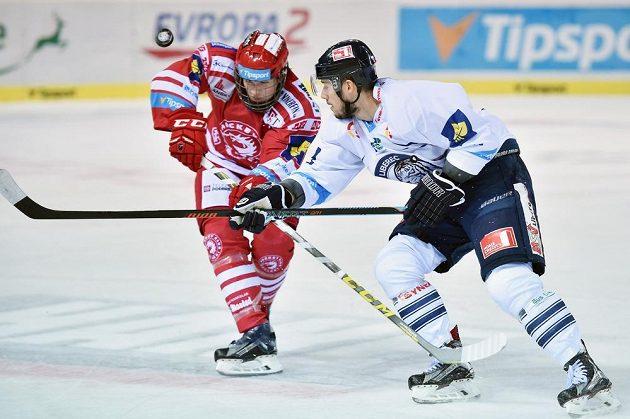 Liberecký útočník Martin Bakoš (vpravo) v souboji s třineckým obráncem Lukášem Douderou.