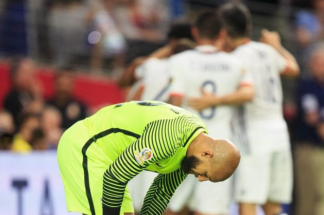 Zdrcený výraz amerického brankáře Tima Howarda poté, co dostal od Kolumbie gól.