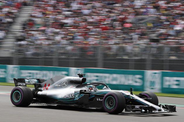 Britský pilot Lewis Hamilton z Mercedesu si jede pro titul mistra světa.