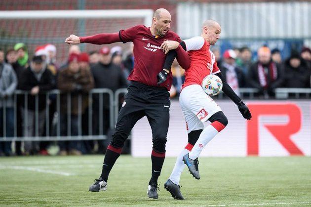 Jak Koller (vlevo) bojuje v Silvstrovském derby o míč se slávistou Radkem Dosoudilem.