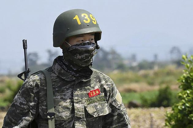 Hvězda Premier League - jihokorejský fotbalista Son Hung-min - ve vojenské uniformě během výcviku.