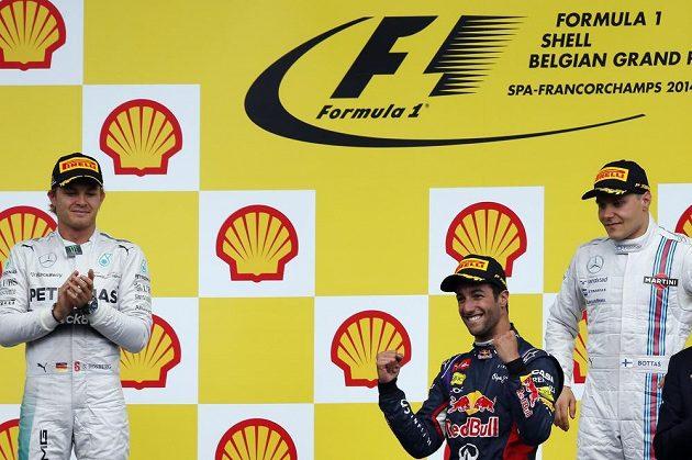 Tři nejlepší ze závodu ve Spa. Uprostřed vítěz Daniel Ricciardo, vlevo druhý Nico Rosberg, vpravo pak třetí Valtteri Bottas.