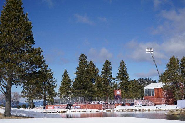 Pohled na blízké okolí plochy pro utkání pod širým nebem.