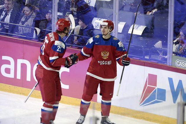 Ruský útočník Artur Lauta (vpravo) sa raduje ze svého gólu proti Čechům.