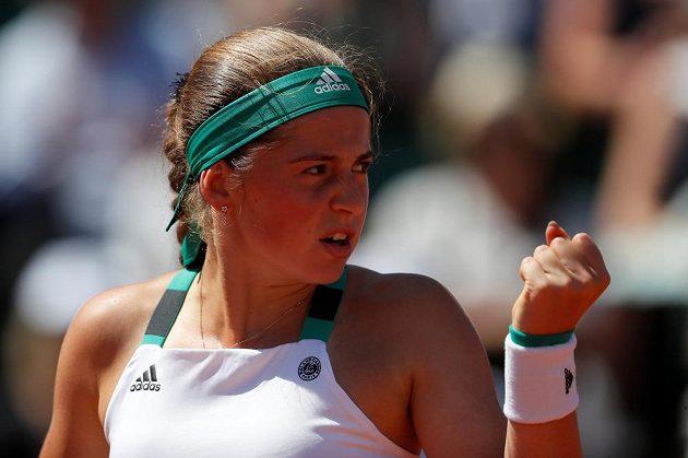 Vítězné gesto Lotyšky Jeleny Ostapenkové, nečekané finalistky French Open.