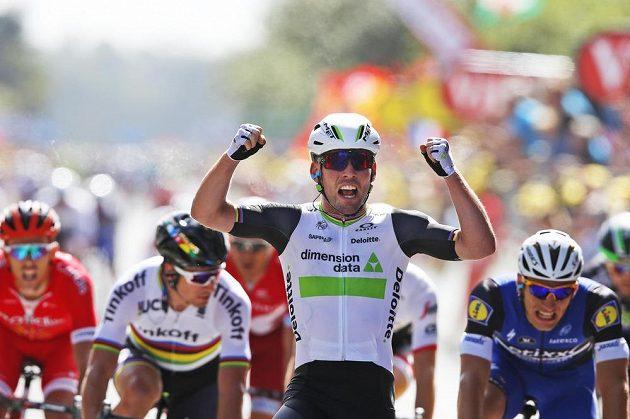 Mark Cavendish slaví vítězství v úvodní etapě Tour de France.