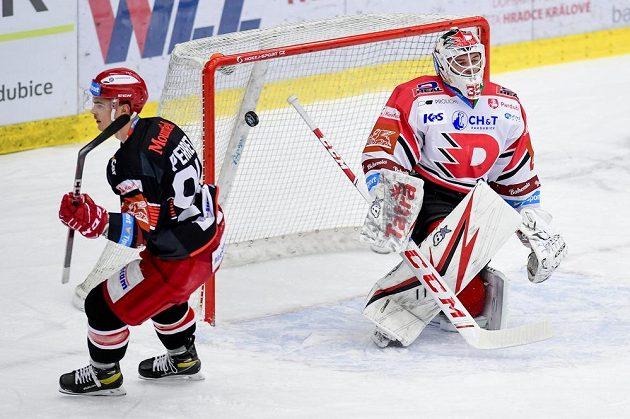 Jordann Perret (vlevo) z Hradce Králové střílí gól, vpravo je brankář Pardubic Milan Klouček.