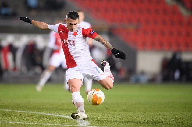 Nicolae Stanciu ze Slavie střílí gól na 2:0 proti Hapoelu Beer Ševa.