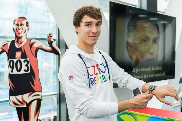 Pětibojař Jan Kuf při přebírání a zkoušení kolekce oblečení pro olympiádu v Riu. Vybavení dostal jako první.