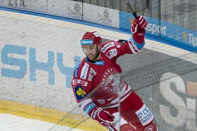 Útočník Třince Jiří Polanský se raduje z gólu proti Spartě v O2 aréně.