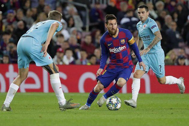 Lionel Messi kličkuje před kapitánem Slavie Tomášem Součkem. Vpravo další slávista Nicolae Stanciu.