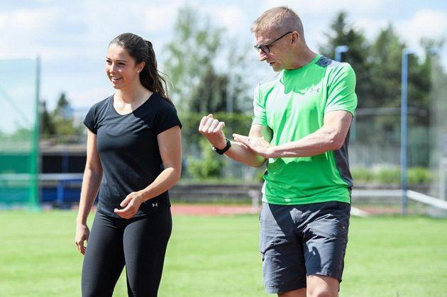 Česká skeletonistka Anna Fernstädtová při tréninku na stadionu v Šumperku pod dohledem odborníka na pohyb Josefa Andrleho.