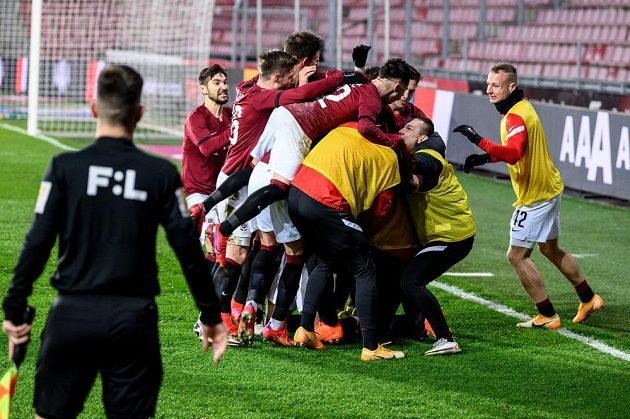Fotbalisté Sparty Praha oslavují vítězný gól z penalty během utkání osmifinále MOL Cupu s Baníkem Ostrava.