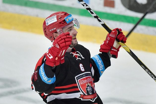 Lukáš Cingel z Hradce Králové se raduje z gólu.