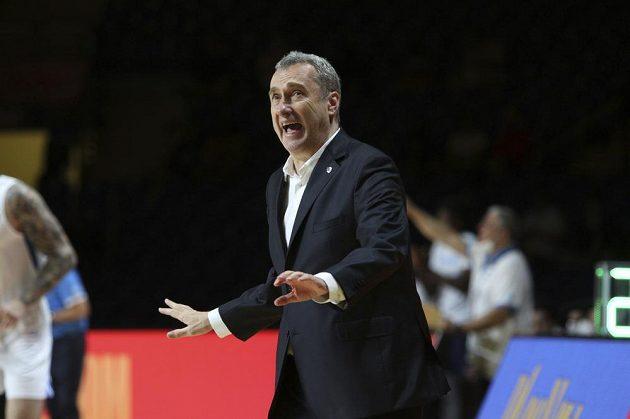 Trenér české basketbalové reprezentace Ronen Ginzburg reaguje na situaci během zápasu s Řeckem. Češi jednoznačně vyhráli a postoupili na OH do Tokia.