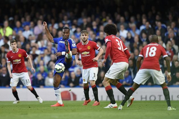 Didier Drogba z Chelsea (v modrém) v souboji s přesilou hráčů Manchesteru.