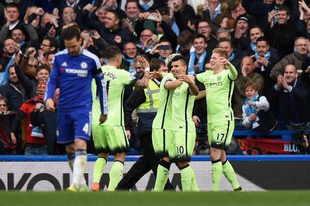 Sergio Agüero oslavuje druhou branku na Stamford Bridge proti Chelsea