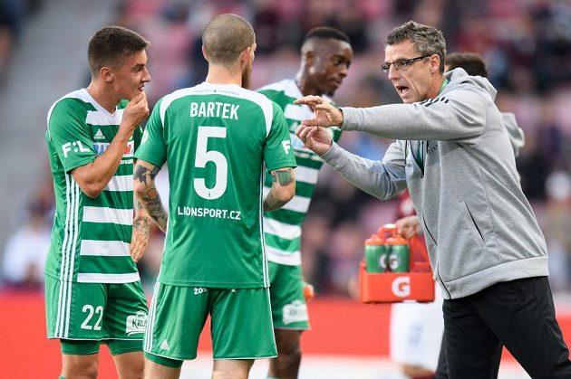 Fotbalisté Bohemians Antonín Vaníček (vlevo), David Bartek a trenér Bohemians Luděk Klusáček
