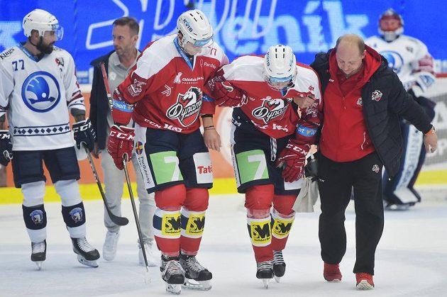 Pardubický Patrik Poulíček se musel nechat ošetřit během extraligového utkání v Plzni.