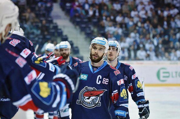 Radost hráčů Chomutova z prvního gólu, vpředu je kapitán Michal Vondrka.