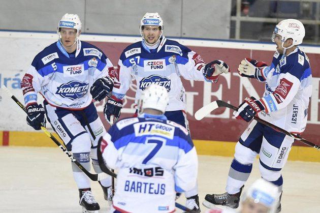 Hráči Komety se radují z třetího gólu proti Pirátům - zleva Tomáš Vondráček, autor gólu Jan Hruška a Zbyněk Michálek.