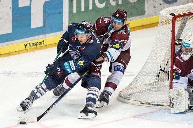 Liberecký útočník Michal Bulíř (vlevo) se snaží setřást Jana Buchteleho ze Sparty.
