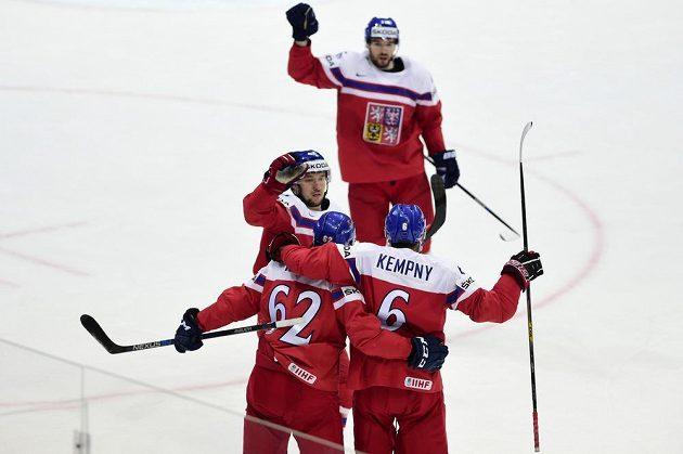 Čeští hokejisté se radují z gólu proti Švýcarsku. Zleva Jan Kovář, Michal Řepík (č. 62), Michal Kempný a autor branky Michal Birner (vzadu).