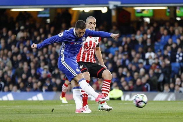 Eden Hazard z Chelsea střílí úvodní gól utkání.