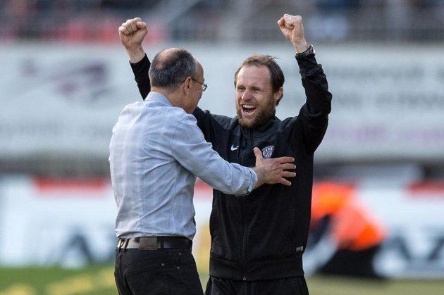 Trenéři Brna Václav Kotal (vlevo) a Michal Šmarda oslavují vítězství proti Spartě.