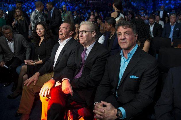Na zápas se přišli podívat také legendární svalovci Arnold Schwarzenegger (druhý zleva) a Sylvester Stallone (vpravo).
