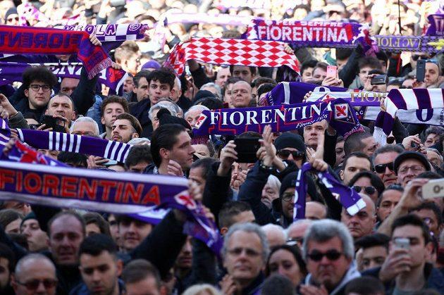 Fanoušci Fiorentiny se loučí se zesnulým Davidem Astorim.