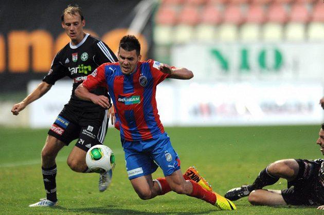 Útočník Plzně Michal Ďuriš padá po zákroku příbramského Tomáše Hájovského (vpravo), následovala penalta.