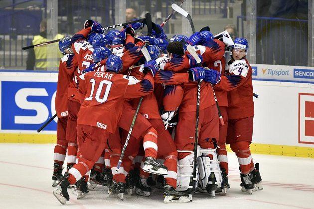 Čeští hráči se radují z vítězství 4:3 nad Ruskem v úvodním duelu MS do 20 let.
