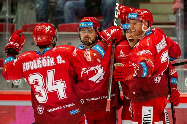 Hokejisté Třince se radují z gólu, zleva Ondřej Kovařčík, Milan Doudera, Michal Kovařčík a Martin Marinčin.