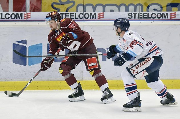 Hokejista Sparty Jiří Černoch se snaží uniknout Rostislavu Oleszovi z Vítkovic v utkání předkola play off.