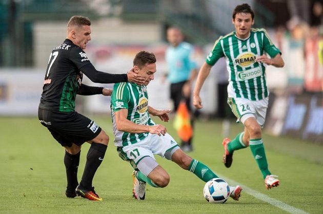 Michal Pecháček z Příbrami (vlevo) se snaží sebrat míč Siimu Lutsovi z Bohemians.