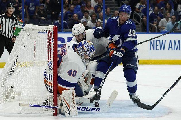 Brankář NY Islanders Semjon Varlamov (40) tentokrát likviduje šanci Ondřeje Paláta z Tampy Bay Lightning v semifinále NHL.
